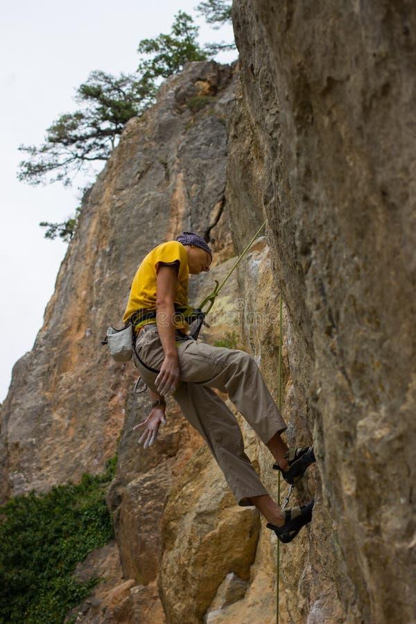 Giovane scalatore maschio immagine stock