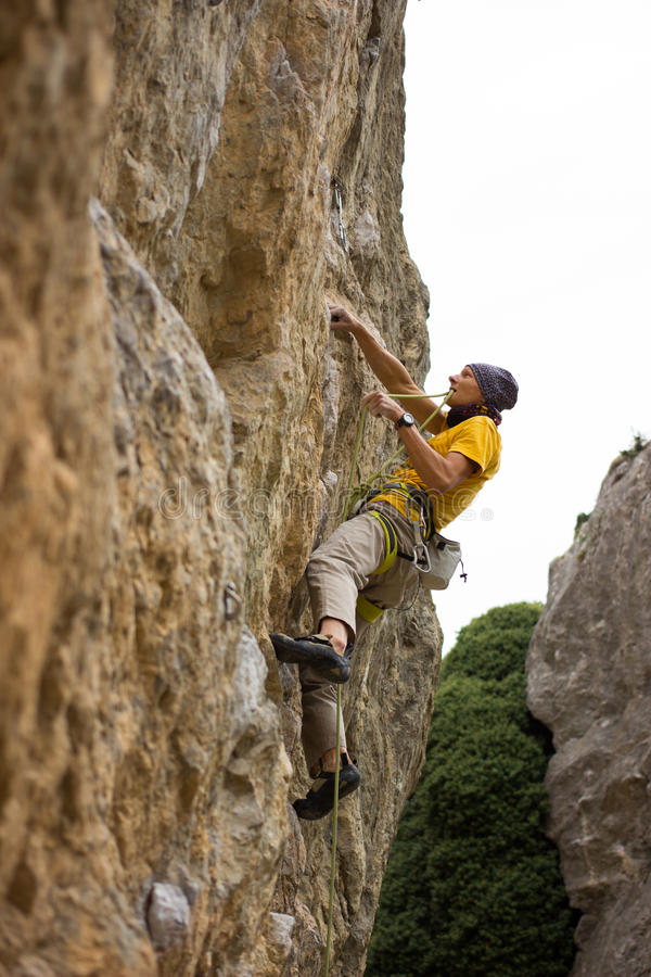 Giovane scalatore maschio fotografia stock