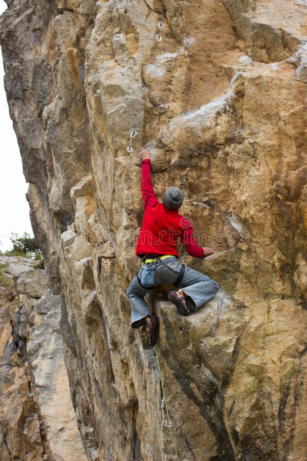 Giovane scalatore maschio fotografia stock libera da diritti