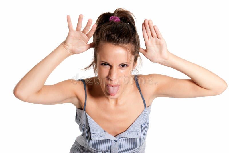 Giovane scherzare allegro femminile attaccando fuori linguetta fotografia stock libera da diritti