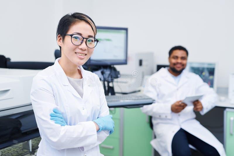 Giovane scienziato medico astuto in laboratorio immagini stock