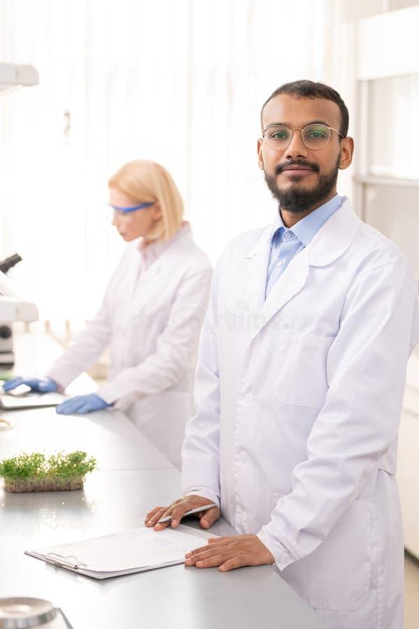 Giovane scienziato sicuro del laboratorio immagine stock libera da diritti