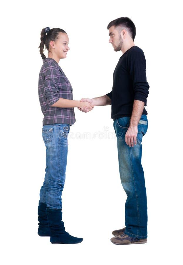 Giovane scossa della mano delle coppie. immagine stock libera da diritti