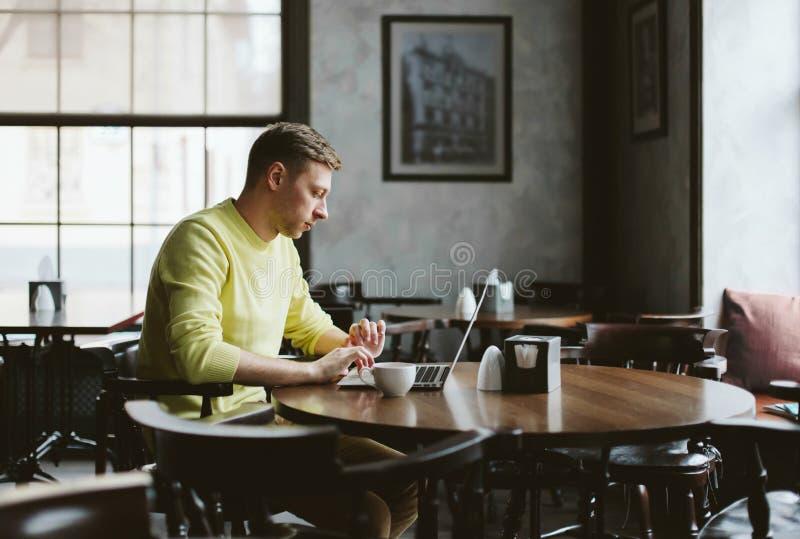 Giovane scrittore in un caffè accogliente immagini stock libere da diritti