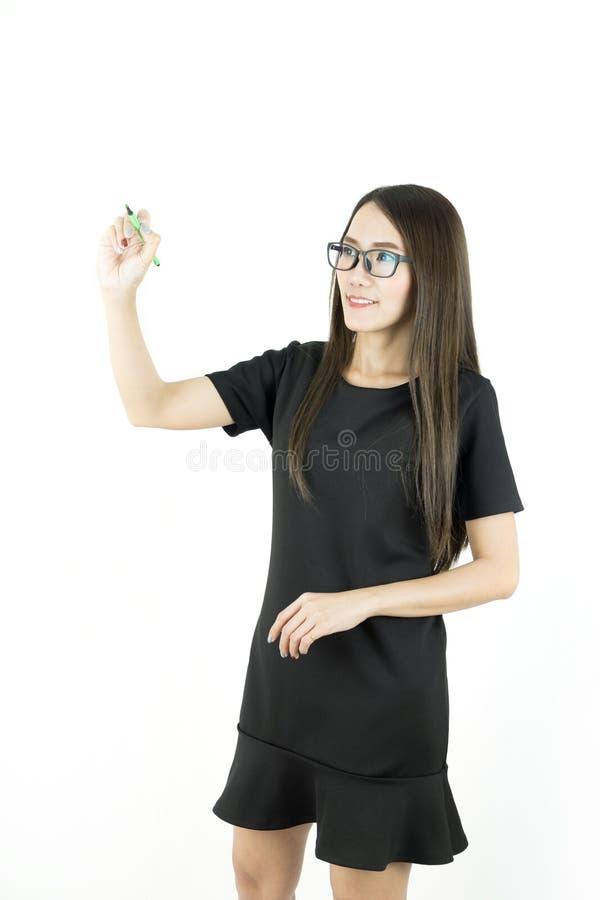 Giovane scrittura asiatica o disegno della donna di affari con la penna sullo spazio della copia fotografia stock