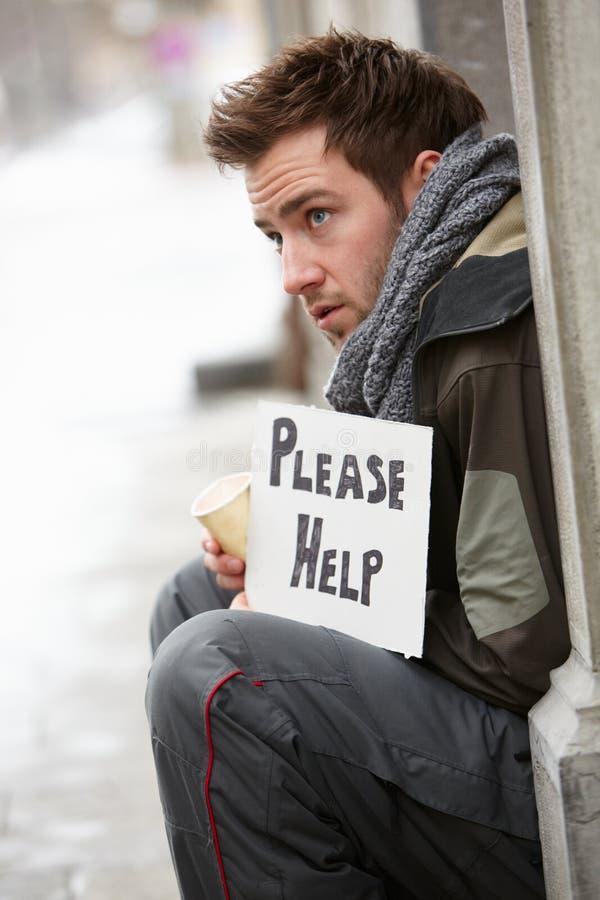 Giovane senza casa che elemosina in via immagine stock