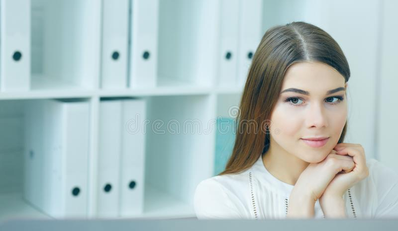 Giovane sguardo della donna di affari nell'esposizione del monitor Efficace gestione, ambizione startup, concetto del IRC immagini stock libere da diritti