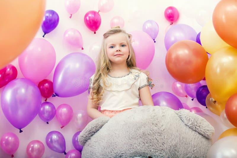 Giovane signora adorabile che posa con i palloni variopinti fotografie stock libere da diritti