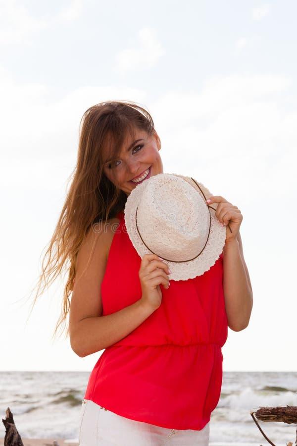 Giovane signora affascinante sulla spiaggia immagini stock