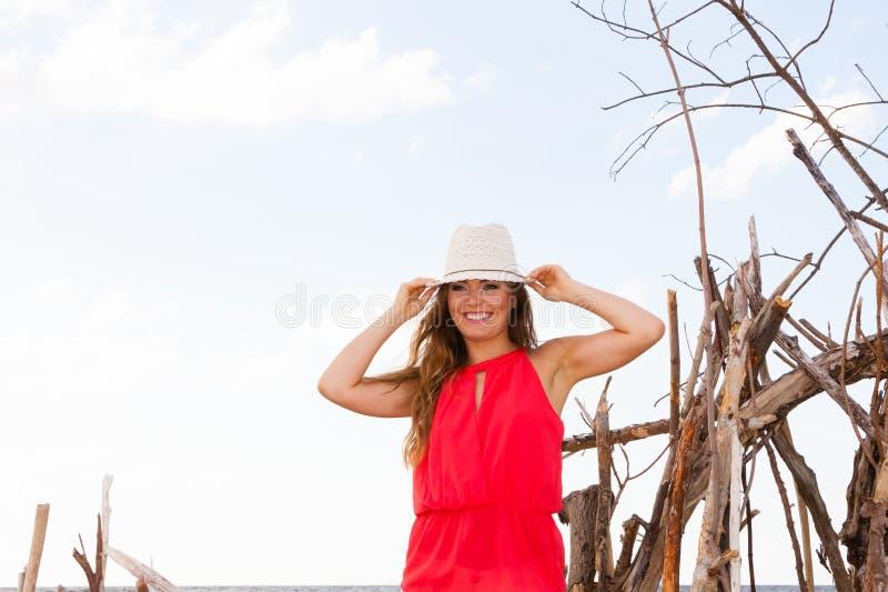 Giovane signora affascinante sulla spiaggia fotografie stock