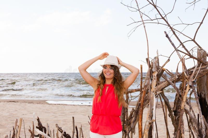 Giovane signora affascinante sulla spiaggia fotografia stock libera da diritti
