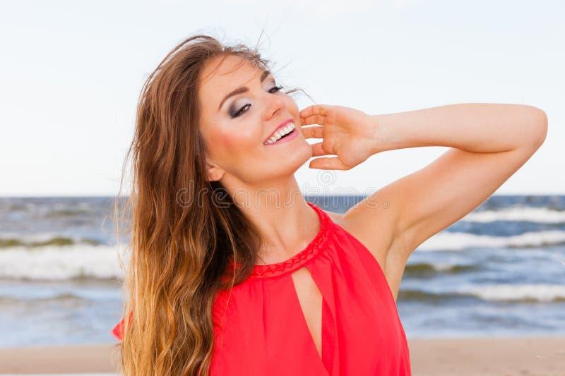 Giovane signora affascinante sulla spiaggia immagini stock libere da diritti