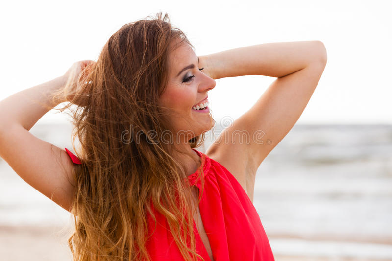 Giovane signora affascinante sulla spiaggia fotografie stock libere da diritti