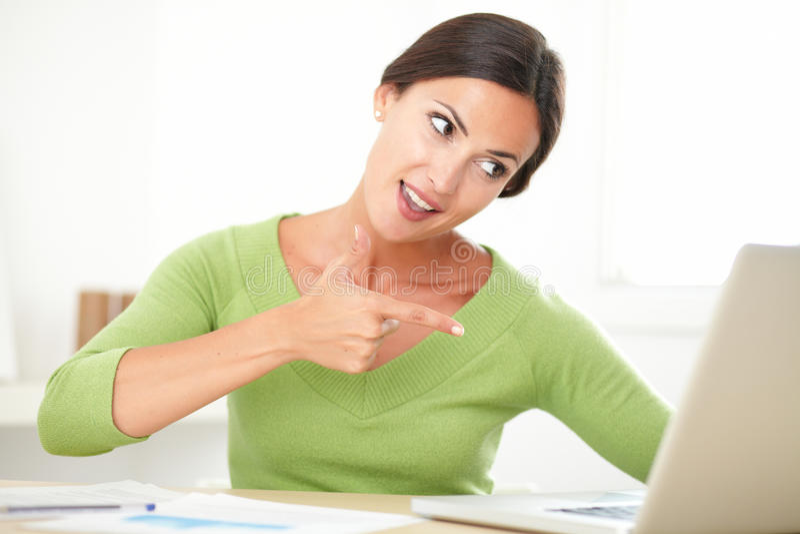 Giovane signora allegra che sembra eccitata sopra un successo immagine stock libera da diritti