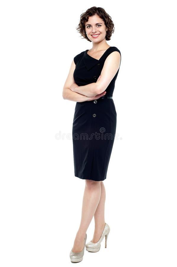 Giovane signora caucasica in vestito nero immagine stock libera da diritti