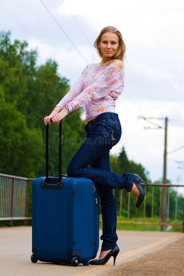 Giovane signora che aspetta un treno fotografia stock