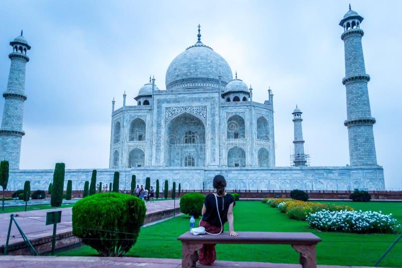 Giovane signora che esamina Taj Mahal fotografie stock libere da diritti