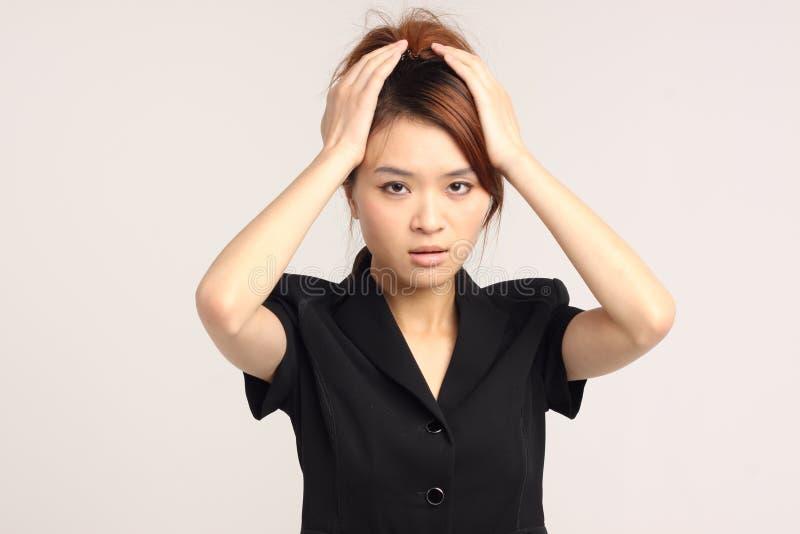Giovane signora cinese in abbigliamento convenzionale con lo sguardo preoccupato immagine stock libera da diritti