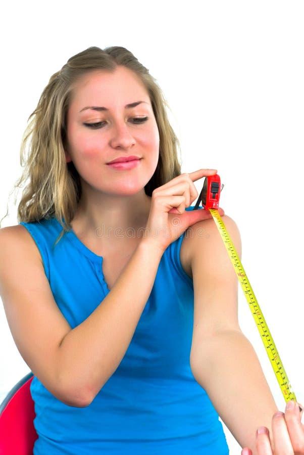 Giovane signora con un tape-measure fotografia stock libera da diritti
