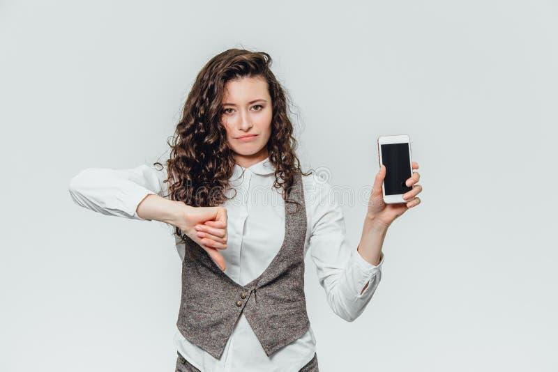 Giovane signora di affari con bei capelli ricci su un fondo bianco immagini stock libere da diritti