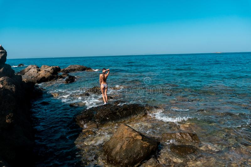 Giovane signora elegante in bikini alla spiaggia fotografie stock