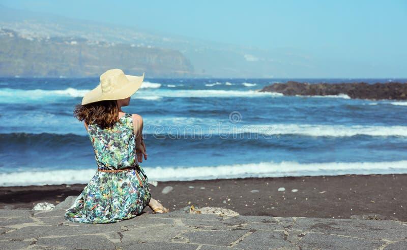 Giovane, signora graziosa che si rilassa dalla spiaggia immagini stock libere da diritti