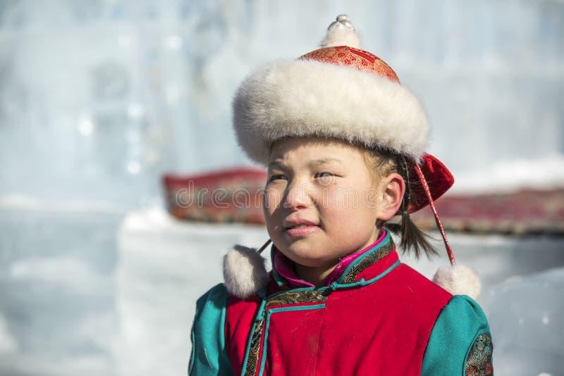 Giovane signora mongola in abbigliamento tradizionale immagini stock