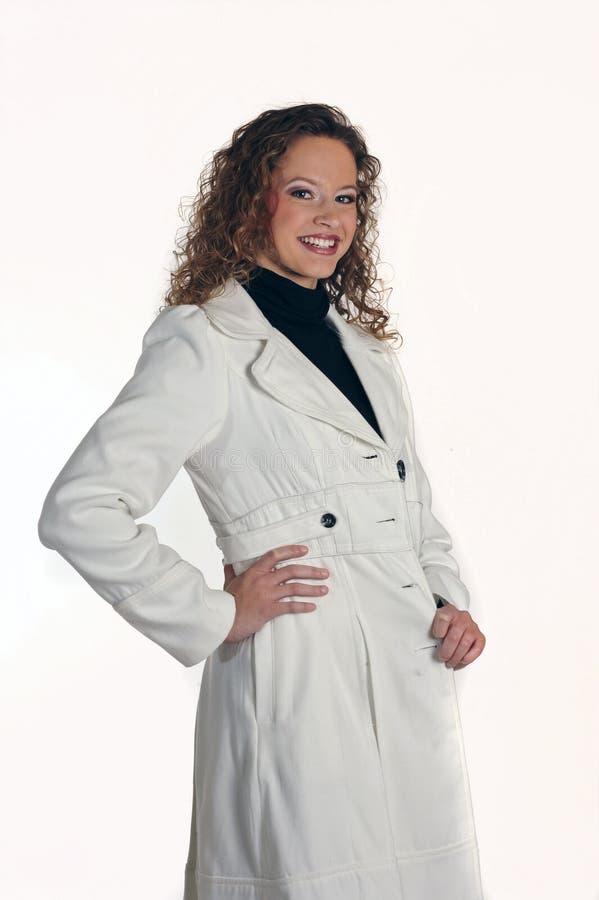 Giovane signora in rivestimento bianco immagine stock