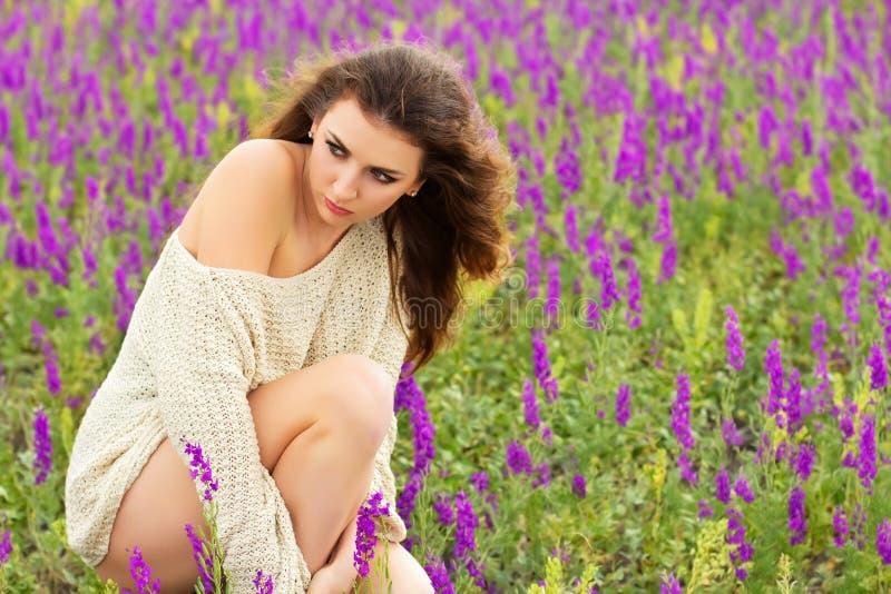 Download Giovane signora sexy fotografia stock. Immagine di riccio - 30828828