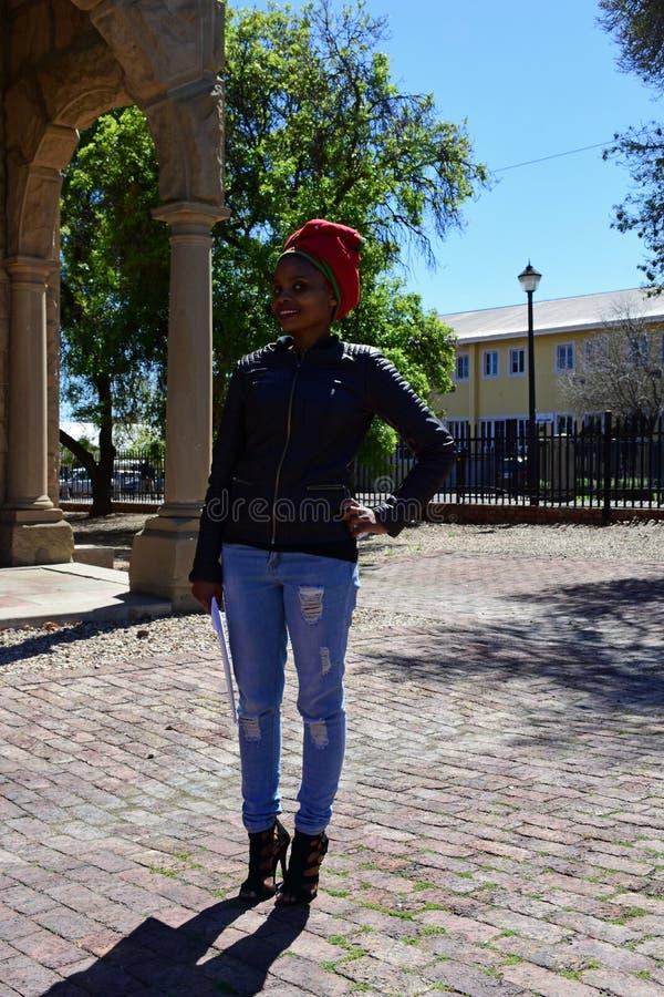 Giovane signora sorridente Museum Worker, Oudtshoorn, la Provincia del Capo Occidentale, Sudafrica immagine stock