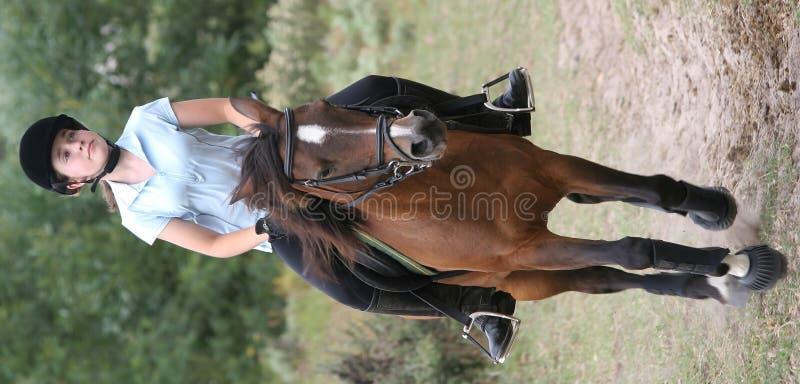 Giovane signora sul cavallino fotografie stock