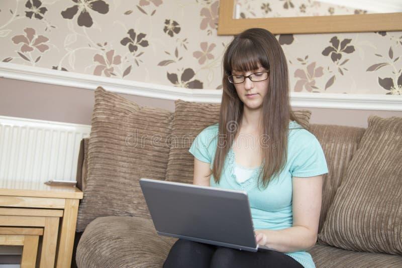 Giovane signora sul computer portatile fotografia stock libera da diritti