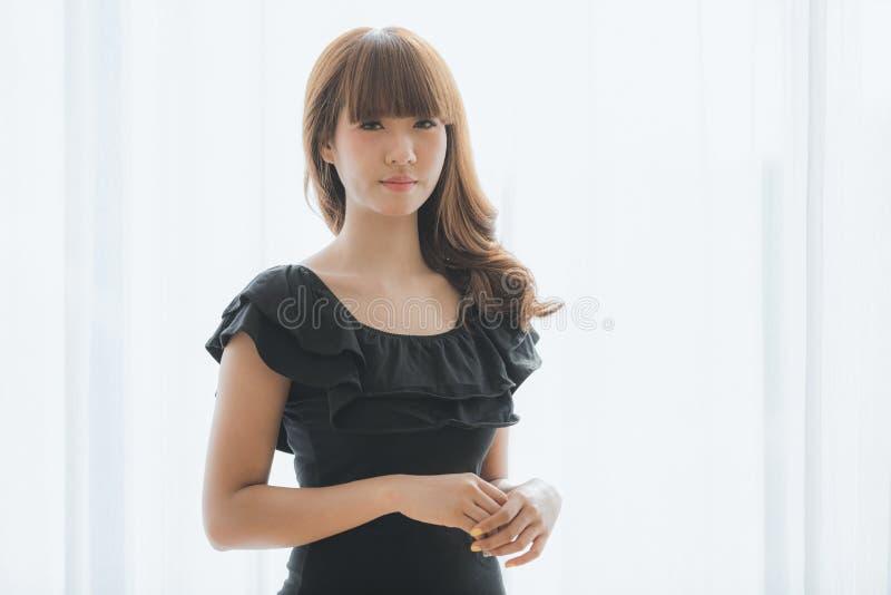 Giovane signora in vestito nero immagine stock libera da diritti