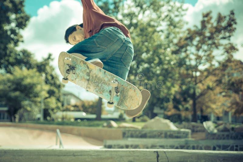 Giovane skateboarder che pratica nel parco del pattino fotografia stock