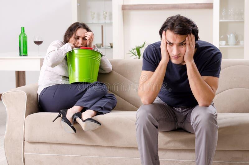 Giovane sofferenza della moglie dallo stomaco malato e dal vomito fotografia stock