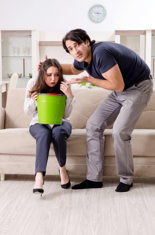 Giovane sofferenza della moglie dallo stomaco malato e dal vomito immagine stock
