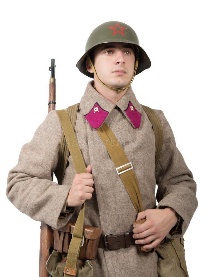 Giovane soldato sovietico con l'uniforme di inverno sul backgroun bianco fotografia stock