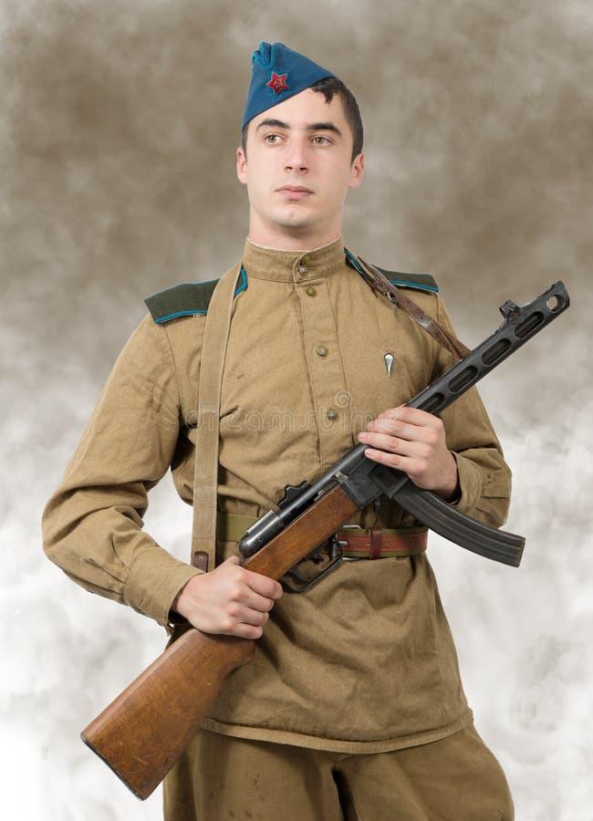 Giovane soldato sovietico con la mitragliatrice, ww2 fotografia stock libera da diritti