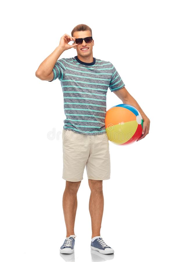 Giovane sorridente in occhiali da sole con beach ball immagine stock libera da diritti