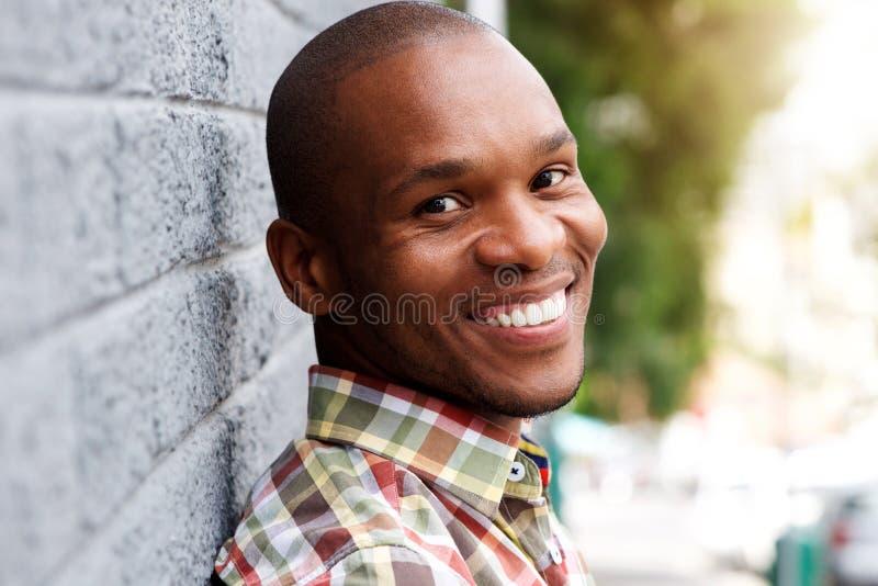 Giovane sorridere africano bello dell'uomo fotografia stock