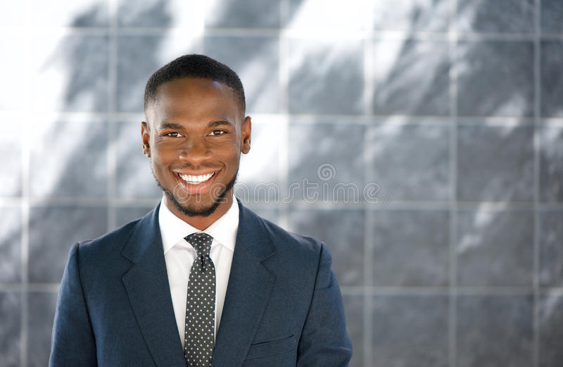 Giovane sorridere amichevole dell'uomo d'affari fotografie stock