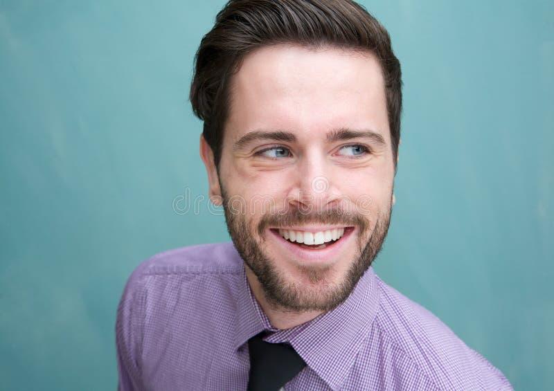 Giovane sorridere attraente dell'uomo d'affari fotografie stock libere da diritti