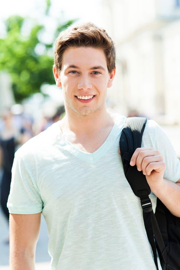 Giovane sorridere casuale del tipo fotografia stock libera da diritti