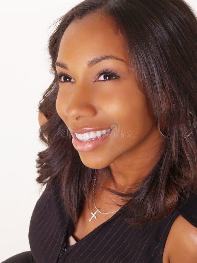 Giovane sorridere del ritratto della donna di colore fotografie stock libere da diritti