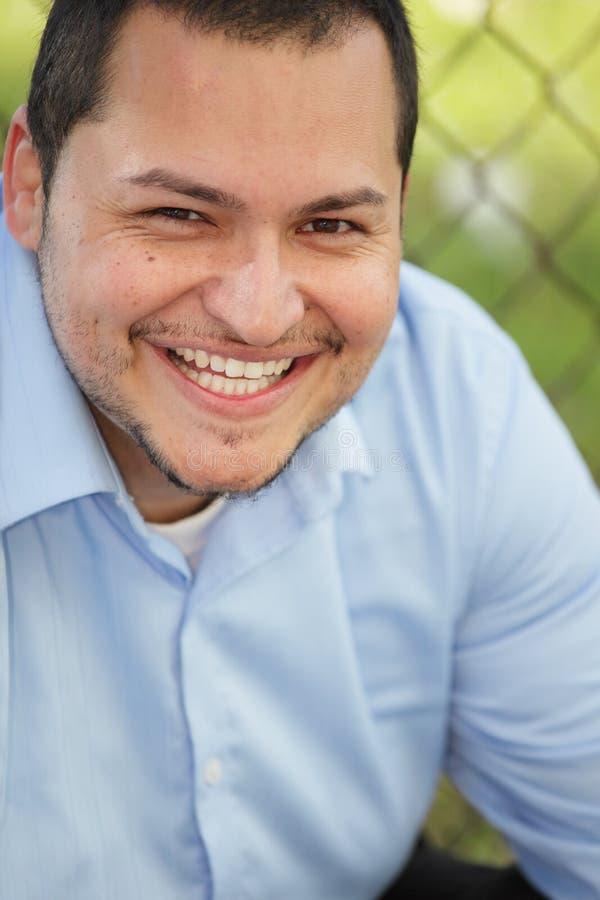 Giovane sorridere dell'uomo del Latino fotografia stock