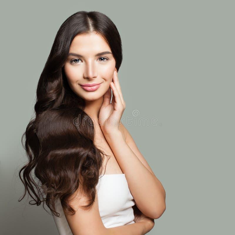 Giovane sorridere della donna del brunette Ritratto naturale di bellezza fotografia stock libera da diritti