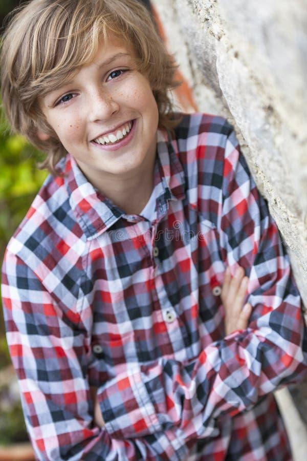 Giovane sorridere felice del ragazzo fotografie stock