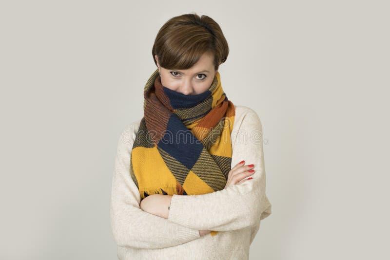 Giovane sorridere variopinto della bei e maglione della donna dei capelli 30s e sciarpa rossi alla moda di autunno felice immagine stock