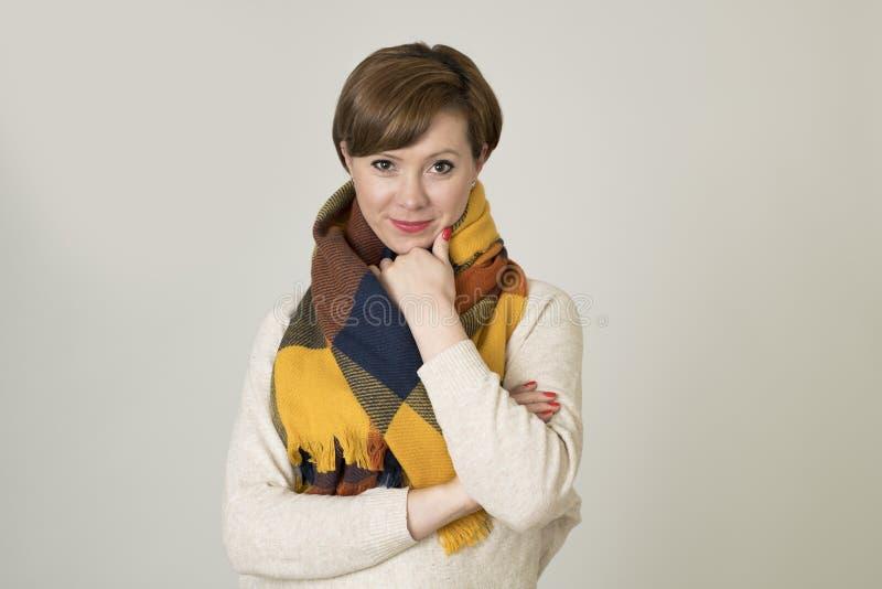 Giovane sorridere variopinto della bei e maglione della donna dei capelli 30s e sciarpa rossi alla moda di autunno felice fotografia stock libera da diritti