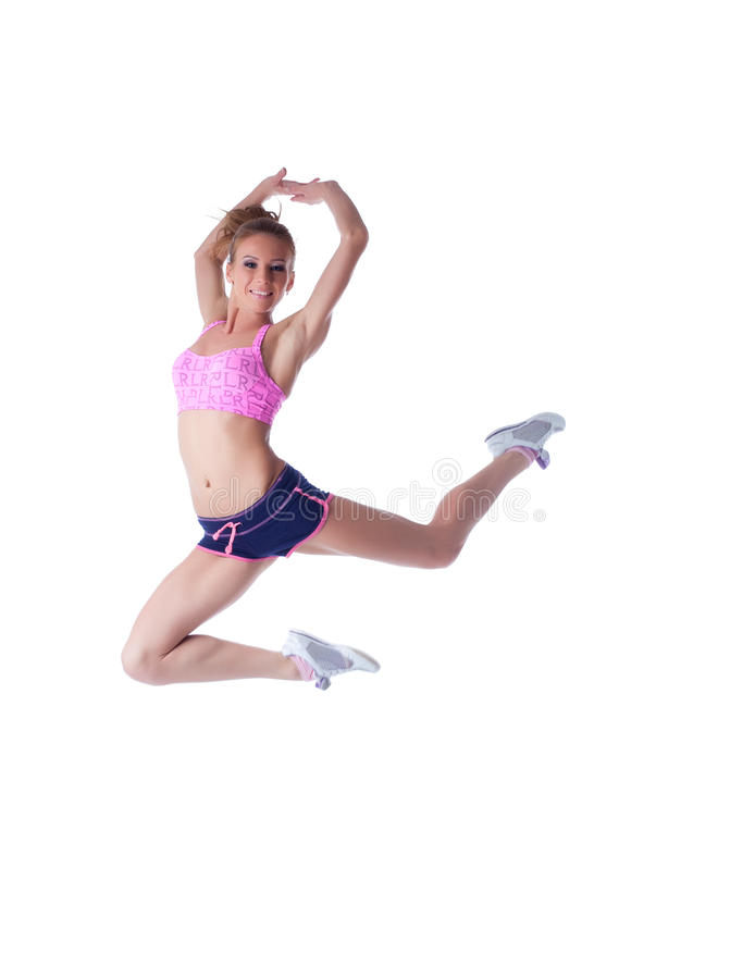 Giovane sportiva allegra che posa nel salto immagine stock